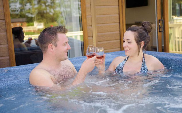 Goosewood-Lodge-Holidays-Hot-Tub-Couple